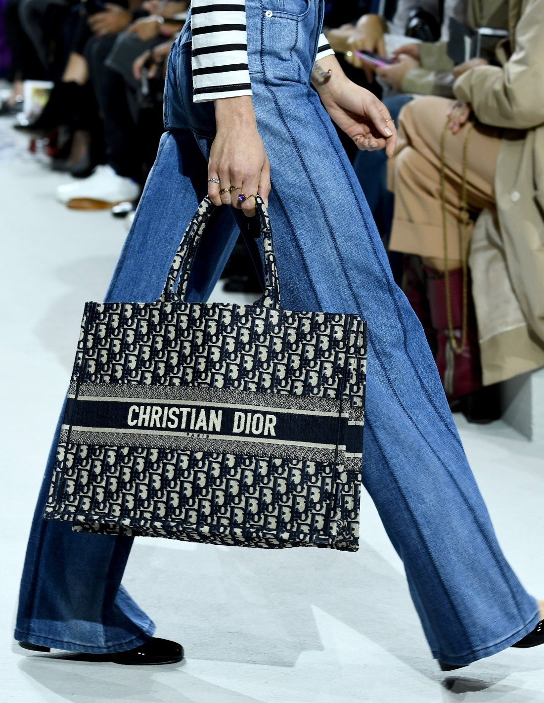 PARIS, FRANCE - SEPTEMBER 26: A model, bag detail, walks the runway during the Christian Dior show as part of the Paris Fashion Week Womenswear Spring/Summer 2018 on September 26, 2017 in Paris, France. (Photo by Pascal Le Segretain/Getty Images) (Foto: Getty Images)