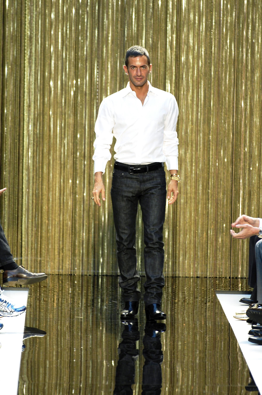 Uniforme clássico de camisa com jeans para final de desfile (Foto: Getty Images)